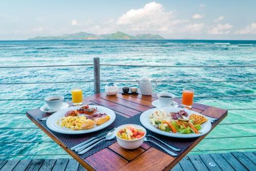 ארוחת בוקר עם מבט על האוקיינוס של האי לה דיג בסיישל
